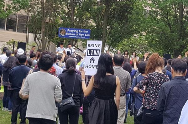 지난 29일 토론토 멜라스턴 광장에서 임현수목사의 무사귀환을 위해 열린 대규모 기도회.