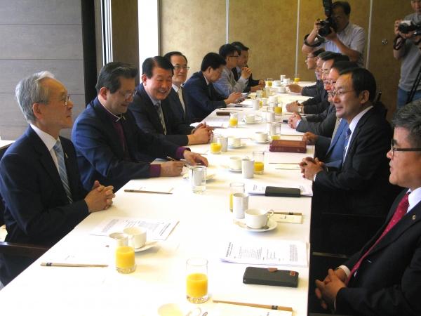 한국교회총연합회 참여 교단 대표자 회의가 13일 오전 팔레스호텔에서 열렸다. 이날 회의에서는 한교연과 한교총의 통합이 논의됐고, 창립예배 시간·장소가 결정됐다.
