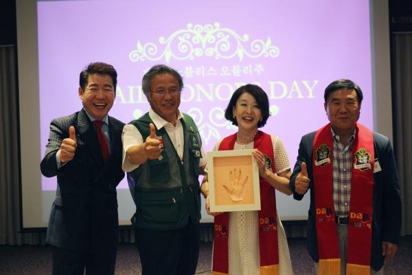 왼쪽부터 배우 박상원, 최일도 이사장, 배우 윤석화, 조용근 회장.