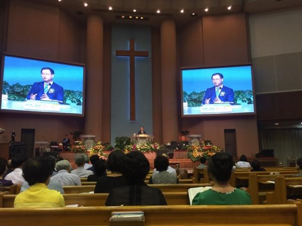 서울성령대회에서 이수형 목사가 설교하고 있다.