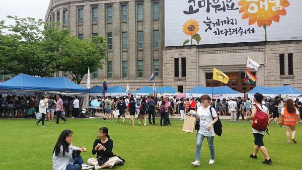 15일 낮 서울시청광장에서 열린 2017 퀴어문화축제 현장의 모습.