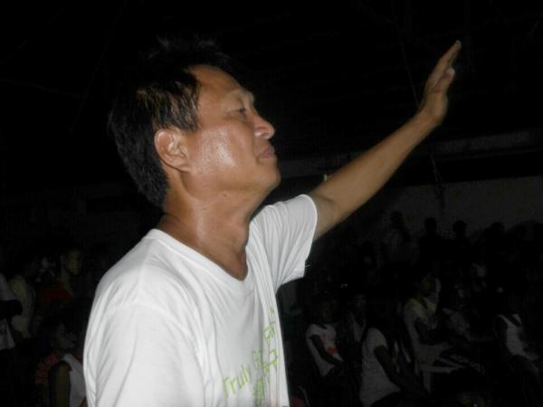 정전으로 캄캄하지만 뜨겁게 기도하고 있는 최상용 선교사
