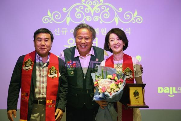 지난 14일 다일공동체의 '다일아너스데이' 행사가 열린 가운데, 배우 윤석화 씨가 아너스 회원으로 등재되어 최일도 목사(이사장)으로부터 위촉패를 받았다.