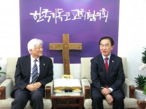 NCCK를 방문한 조명균 통일부장관(오른쪽)과 그를 맞이한 총무 김영주 목사가 대화를 나누고 있다.