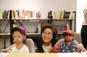 희귀질환을 앓고 있는 홍원기 학생과 콜롬비아에서 온 미구엘 학생을 만나 격려하고 있는 바른정당 이혜훈 당대표.