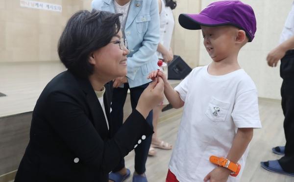 희귀질환을 앓고 있는 홍원기 학생을 만나 격려하고 있는 이혜훈 의원.