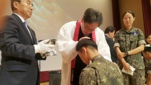 광림교회 김정석 목사가 장병에게 세례를 주고 있다.