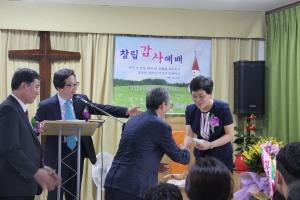전주샘물교회에서 예수비전교회 배혜숙 목사(오른쪽 맨 끝)에게 헌금한 1천 만원을 전달하고 있다.