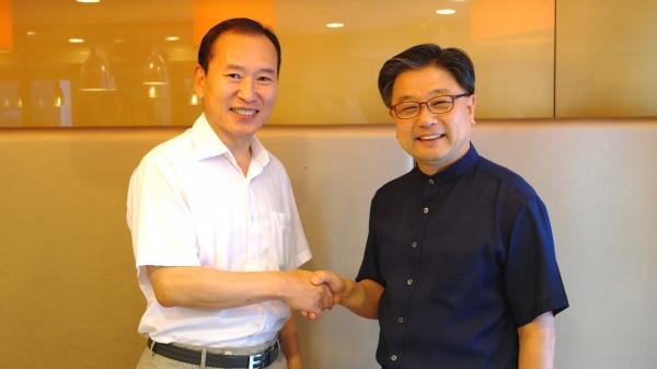 기독일보 김광수 사장(왼쪽)과 바이블25 이광섭 사장이 8일 MOU를 체결하고 협력의 악수를 나누고 있다.