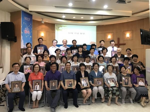 장수사진을 받고 기뻐하는 중국동포 및 한 부모 가족들
