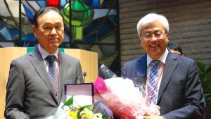 왼쪽은 이임한 한목협 제4대 대표회장 김경원 목사, 오른쪽이 취임한 제5대 대표회장 이성구 목사.