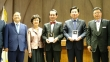 사진 가운데 상패를 든 이는 박종화 목사, 오른쪽 함께 상패를 든 이는 김진표 장로이다.