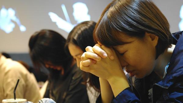 '윌버포스 세계관 아카데미' 강연이 마무리 되고 참석자들이 함께 나라와 민족을 위해 기도하고 있다.