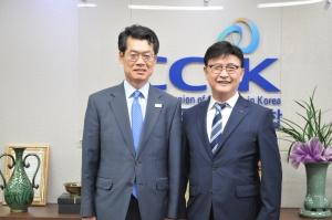 문화체육관광부 김갑수 신임 종무실장(왼쪽)과 한교연 대표회장 정서영 목사.