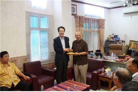 대표회장 채영남 목사(왼쪽)와 LEC 총회장 캄폰 목사가 악수를 나누고 있다.