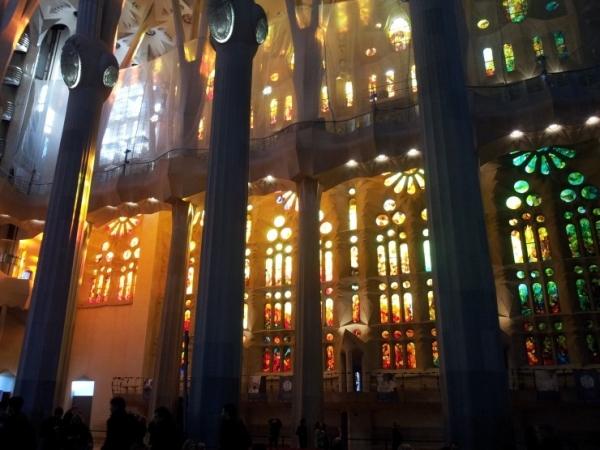 하나님에 대해 교회는 묘사할 수 없었기에 주로 추상적 상징을 교회건축에 활용하였다
