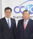한기총 대표회장 엄기호 목사(오른쪽)와 김동연 기획재정부 장관 겸 경제부총리.