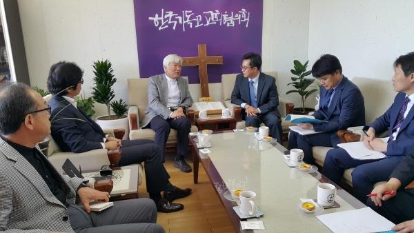 김동연 경제부총리 겸 기획재정부 장관 일행이 NCCK를 방문해 김영주 목사 등 관계자들과 대화를 나누고 있다.
