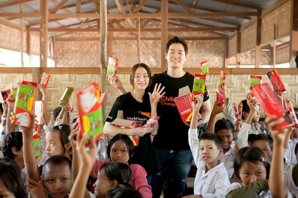[참고사진=월드비전 제공] 2012년 결혼 1주년을 기념해 미얀마를 방문한 유지태-김효진 홍보대사