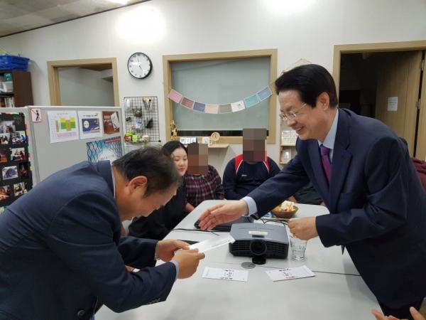 한국장로교총연합회(대표회장 채영남 목사, 이하 한장총)가 최근 국제난민지원센터 피난처(대표 이호택)를 방문해 난민들을 위로하고 기관 대표에게 성금을 지원하고 난민들과 대화하는 시간을 가졌다.