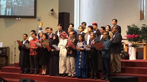 세계지역 연구소 교수들이 각 국의 의상을 입고 특송하는 모습