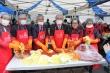 한국교회연합(대표회장 정서영 목사)이 지난 11월 2일 오전 9시부터 오후 2시까지 서울역광장에서 우리 사회 빈곤층의 겨울나기 지원을 위해 7000kg의 김장을 담그고 나누며 초겨울의 차가운 날씨를 훈훈하게 덥혔다.