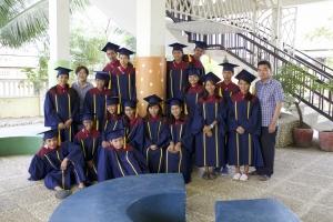 졸업하는 아이들과 함께 한 임만호 선교사.