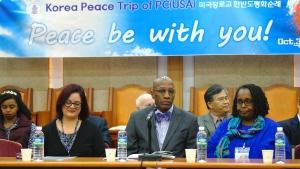 사진 앞줄 가운데가 PCUSA 총회 서기장 J. 헐버트 넬슨 목사.