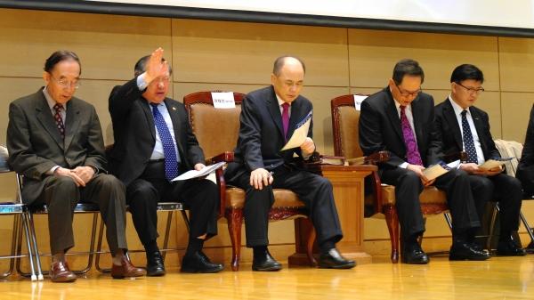 한국교회 지도자들이 세기총 주최로 열린 '한반도 비핵화와 한국 통일을 위한 서울기도회'에서 간절히 기도하고 있다.