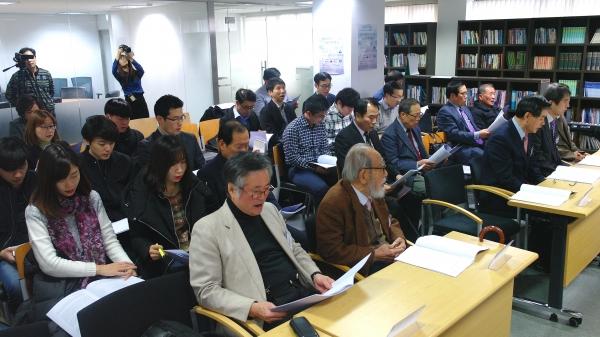 혜암신학연구소 세미나실을 가득 메운 이들. 종교개혁500주년 신학적인 연구를 추구하는 참석자들의 열의가 돋보인다.