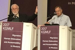 왼쪽 Prof. Walls, Andrew finlay 와 오른쪽 Rev. Dr. Wright, Christopher J.H 이 발제하고 있는 모습