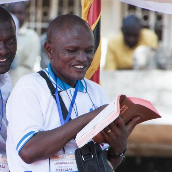 성경을 보며 기뻐하고 있는 우간다 성도.