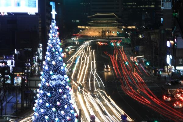 지난 2일 오후 5시, 서울시청광장에서는 시민 5,500여 명이 모인 가운데 '2017 대한민국 성탄축제'가 열렸다. 행사는 백석대(총장 장종현)와 백석예술대학교(총장 윤미란), CTS(회장 감경철) 등이 함께 했다.