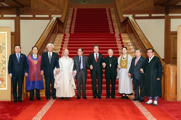 6일 문재인 대통령이 '한국종교인평화회의'를 이끌고 있는 7대 종단의 지도자들을 청와대로 초청해 오찬을 나눈 가운데, 문 대통령과 종교 지도자들이 손을 맞잡고 기념촬영을 하고 있다.