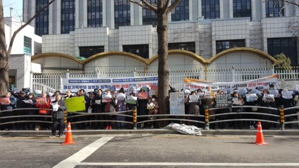 '동성애 동성혼 개헌반대 국민연합 전국연합회'(이하 동반연)가 7일 오전 여성가족부 후문에서