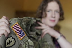 성전환자 제니퍼 심슨이 자신의 군복을 보여주고 있다
