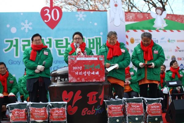 다일공동체가 올해 역시 12월 25일 11시, 서울 동대문구 청량리 밥퍼나눔운동본부 앞마당에서 노숙인, 무의탁 노인 등 소외된 이웃과 함께하는 30번째 거리성탄예배를 드렸다.