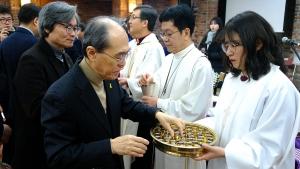 NCCK 신년예배 및 하례회에서 참석자들이 성찬에 참여하고 있다.