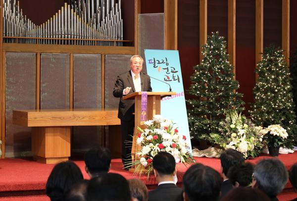 양춘길 목사를 비롯한 전 필그림교회 성도들이 12월31일 첫 예배를 드리고 필그림선교교회로의 새출발을 알렸다. 양춘길 목사가 설교하고 있다.