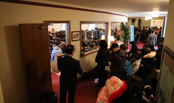 양춘길 목사를 비롯한 전 필그림교회 성도들이 12월31일 첫 예배를 드리고 필그림선교교회로의 새출발을 알렸다.예배당 장소가 부족해 성도들이 밖에서 예배를 드리고 있다.