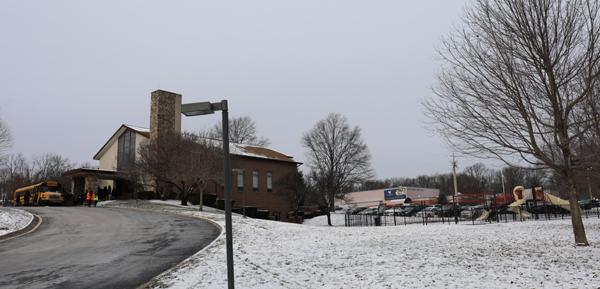 필그림선교교회가 예배 장소를 빌려 쓰고 있는 곳은 미국교회인 페이스커뮤니티교회로 중학교 미션스쿨이 함께 붙어서 운영되고 있다. 예배 후 성도들이 스쿨버스에 오르고 있다. 주차장이 예배장소와 10분 거리에 떨어져 있어 학교측이 스쿨버스를 빌려주는 배려를 보였다.