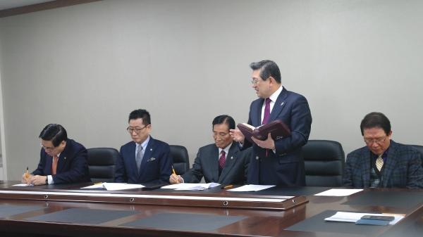한국교회총연합회 현판식을 기념하는 예배에서 기감 전명구 감독회장(일어선 이)이 설교하고 있다.