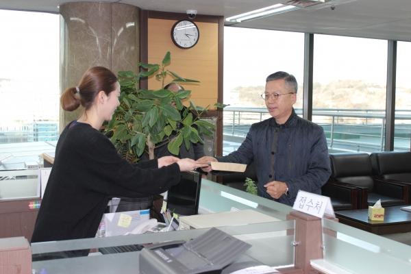 전광훈 목사 측에서 서류를 제출하고 있다.