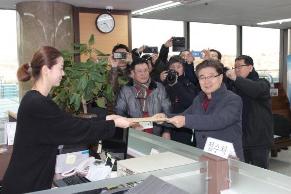 김노아 목사 측에서 서류를 제출하고 있다.