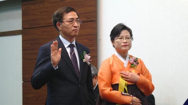 이상학 목사와 그의 사모가 서약하고 있다.