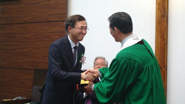 이상학 목사(왼쪽)가 서울노회장 서정오 목사로부터 위임패를 받고 있다.