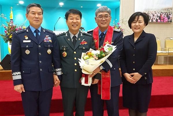 왼쪽 두 번째가 제25대 한국군종목사단장 이정우 목사, 그 옆 왼쪽 세 번째가 제26대 한국군종목사단장 김성일 목사이다.