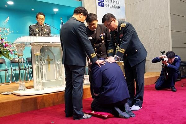 제26대 한국군종목사단장 김성일 목사가 안수기도를 받고 있다.
