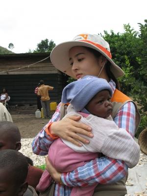 [사진제공=월드비전] 2012 KBS 희망로드 대장정에 참여해 탄자니아를 방문한 월드비전 홍보대사 배우 한혜진2