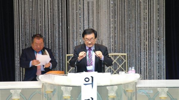 직전 대표회장 엄기호 목사(왼쪽)에게서 바통을 이어 받은 임시 의장 김창수 목사(보수합동)가 한기총 회무를 진행하고 있다. 그는 선관위 구성을 위한 속회를 2월 26일로 잡고 정회했다.